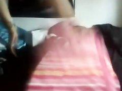 Очкастая леди с маленькими сиськами на вебкамеру трахает киску секс игрушкой