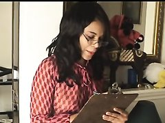 Очкастая негритянка на видео крупным планом дрочит свою шоколадную киску