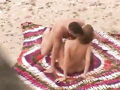 Даже на пляже можно снять домашнее порно, если с собой прихватить покрывало