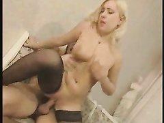 Богатая зрелая блондинка надела чулки для любительского секса с охранником