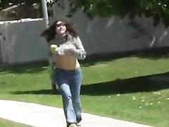 Студентка на видео спустив джинсы на улице мастурбирует сочную дырочку
