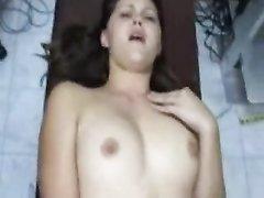 Молодая любительница в анальном видео делает минет в ванной и трахается в попку