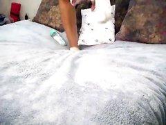 Негритянка в порно сняла трусики и показывает шоколадную попу с дырками