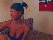 Грудастая молодуха в любительском порно дрочит киску и показывает попу
