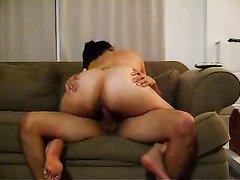 Латинская проститутка с широкой попой в любительском видео резво скачет на члене