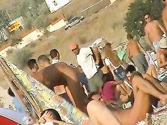 Любитель подглядывать для съёмки видео отправился на пляж для нудистов