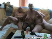 Двое мужиков пришли к зрелой стерве для группового домашнего секса втроём