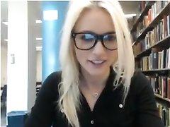 Очкастая блондинка в розовом нижнем белье в видео приступила к домашней мастурбации