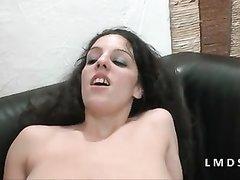Приветливая француженка в любительском анальном порно киской трахает рот парня