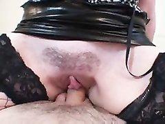 В чулках зрелая испанская пышка с огромными сиськами наслаждается сексом