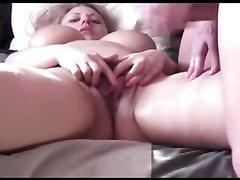 Мастурбацией киски в любительском видео зрелая блондинка заводит партнёра