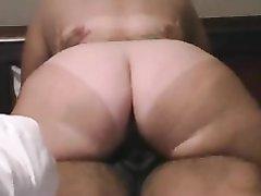 Загорелая толстуха в позе ковбойки стонет от любительского секса с окончанием внутрь