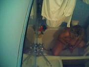 Мастурбирующая в ванной перевозбуждённая леди снята соседом на интимное видео
