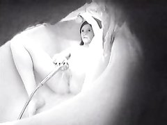 Домашняя мастурбация со струёй воды снята на видео скрытой камерой в ванной