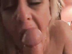 Минет от зрелой блондинки в домашнем порно завершился окончанием в рот