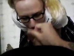 Очкастая блондинка бесплатно сосёт член босса. кончающего на её смазливое лицо