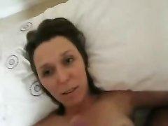 В любительском порно красивая дама суёт член в киску, а после мастурбации в рот