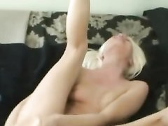Блондинка для любительской мастурбации дырочек использует толстые секс игрушки