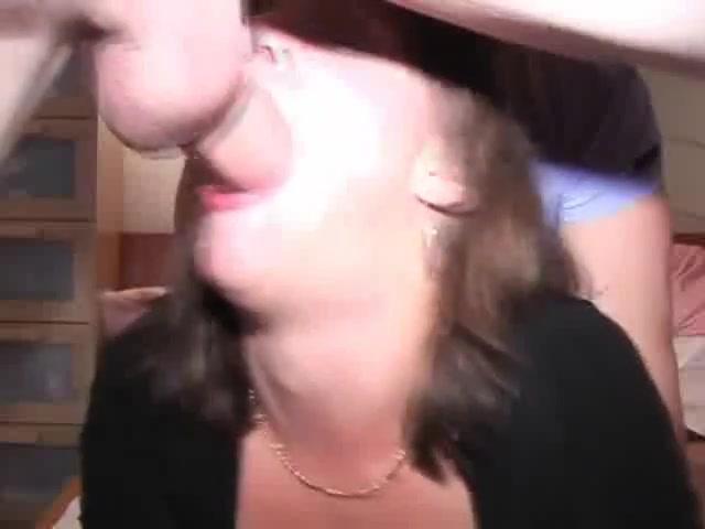 Глубокая глотка в любительском видео сделана очкастой дамой крупным планом