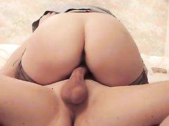Упитанная зрелая британка для домашнего порно надела чулки и сделав минет села на член