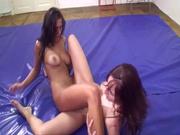 Вульгарные лесбиянки в любительском видео борются на мягкой площадке