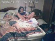 Неожиданная мастурбация зрелой женщины в домашнем видео со скрытой камеры