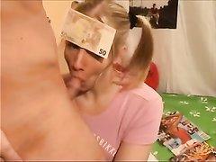 Озорная молодуха отдалась парню с большим членом в домашнем видео с буккакэ