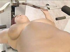 Рыжая и зрелая толстуха в немецком любительском порно отдалась молодому парню