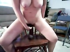 Любительская мастурбация от грудастой красотки, оседлавшей секс игрушку