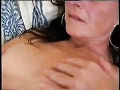 Мастурбация сочной киски от зрелой дамочки в чулках в любительском видео