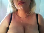 Нежную блондинку в любительском порно трахают в рот и кончают на смазливое лицо