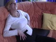 Зрелая блондинка в очках достала секс игрушку для любительской мастурбации
