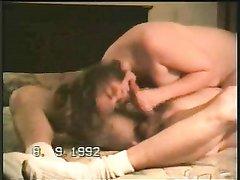 Волосатая киска зрелой развратницы нуждается в любительском сексе с соседом