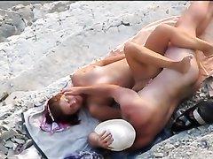 Рыжая леди в любительском видео пытается на пляже соблазнить незнакомца
