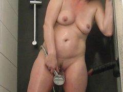 Муж помогает озабоченной домохозяйке с секс игрушкой кончить в ванной