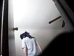За переодевающейся молодухой подглядывает озабоченный сосед и снимает видео