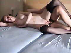 Скромная краля надела чулки для жаркого секса с холостым коллегой в спальне