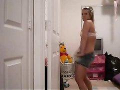 Фигуристая танцовщица в любительском порно разделась и вертит большой попой
