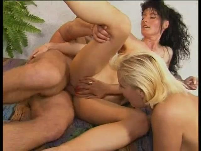 Блондинка привела темноволосую подругу на анальный порно кастинг втроём