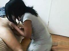 Тайская смуглая шлюха в горячем видео делает любительский минет клиенту