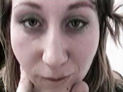 В любительском видео дама с широкой попой кайфует от анальной мастурбации с дилдо