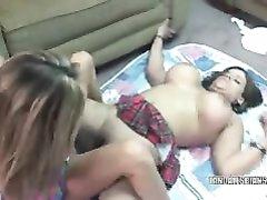 Зрелые и фигурные лесбиянки в любительском порно шалят с общим фаллосом