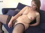 Интимное видео с любительской мастурбацией волосатой киски с дилдо от зрелой дамы