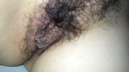Толстуха скрывая лицо позволила снять на видео волосатую киску крупным планом