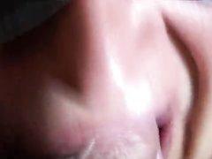 Дама крупным планом лижет головку члена и глотает сперму в любительском порно