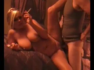 В любительском видео уурящая зрелая блондинка с идеальной фигурой и большими сиськами