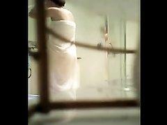 Женщина с пышными формами в любительском видео принимает душ, сверкая сиськами