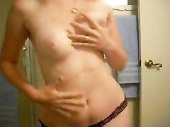 Сняв нижнее бельё грудастая блондинка в любительском порно мастурбирует клитор