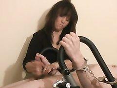 В порно с женским доминированием строгая леди активно дрочит член парня
