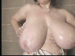 Огромные натуральные сиськи зрелой толстухи для видео тщательно моют в ванной